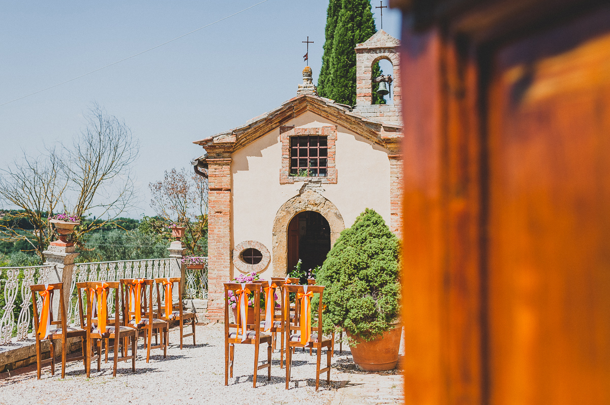 relaxed countryside wedding in tuscan villa